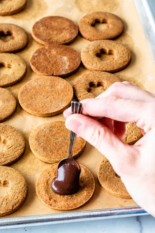 filling gingerbread cookies with vegan fudge sauce